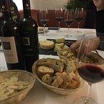 Feine Weine und sardisches Brot und Käse
