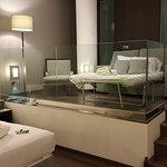 Sofá cama en vez de cama supletoria. Muy cómoda. Habitación dotada de luces led.