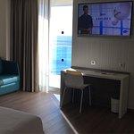 Un hotel al que merece la pena ir. Muy buena ubicación. Habitaciones modernas y limpias. Gran at