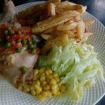 Menu de pollo arvejado con 2 acompañamientos ( ensalada surtida y papas fritas)