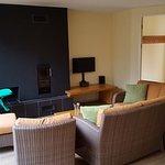 Wohnzimmer mit TV und Kamin.