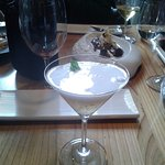 En primer término un postre llamado gin-tonic y al fondo uno de chocolate.