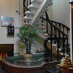 Unique escalier de l'hotel trônant après l'accueil, avec bassin