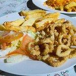 deliciosos calamares apanados con yuca frita y ensalada