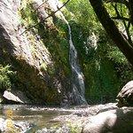 Cascada Escondida linda dondese puede apreciar la naturaleza pero poco espacio para picnic