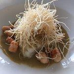 Merluza con salsa de almejas y langostinos