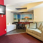 Large Jacuzzi Suite/Non Smoking/Sitting Area