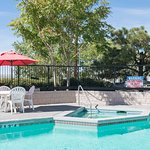 Outdoor Heated Pool and Jacuzzi (open 9am to 10pm daily)