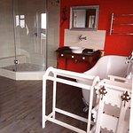 ALBATROS ROOM HAS AN OPEN PLAN BATHROOM WITH VICTORIAN STYLE BATH AND SHOWER