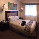 Vista panorámica de la habitación. Por la venta se ve la terraza (piscina)