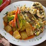 Pollo Isla del Encanto con yuca frita y salsa de pimiento rojo
