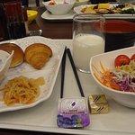 朝食は和洋のバイキングで、種類もほどほどありました。