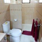 Clean, modern bathroom (Superior Fan Cooled Cottage