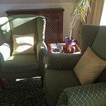 Bequeme Sessel und Pralinen/Obst am Tisch