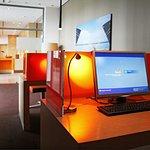 Business Corner mit zwei Computern und Internetzugang