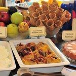 Completo buffet de desayunos con elaborados entrantes fríos y calientes.