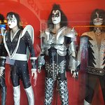 Kiss and tell how great the Hard Rock Cafe is.