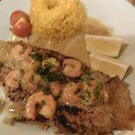 Salmón a la plancha con salsa de camarones y timbal de arroz