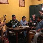 Grupo de músicos tocando en La Casona del Molino, Salta.