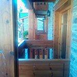 les balcons en bois des chambres
