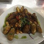 Lecker Lammragout mit Oliven, Bohnen und gebratenen Rosmarinkartoffeln