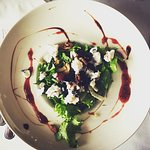 Salad with goat cheese, fennel, walnuts and jam