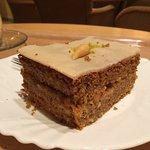 Opulentes Salatbuffett ausgefallen Kuchen, attraktives Ambiente
