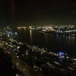 Die Bar mit dem Ausblick auf den Hamburger Hafen ist der Hammer (besonders nachts)