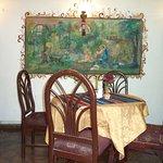 Bonito comedor, pinturas originales en las paredes y manteles tradicionales