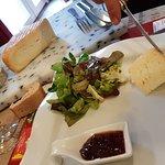 belle assiette de fromages de proposée