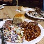 Köstliche Steaks mit gebackenen Bohnen