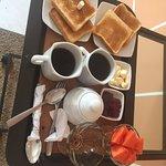 La habitación incluye desayuno continental y te lo pueden traer a la habitación... ¡súper !