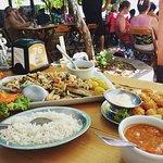 No prato Anchova ao molho de camarão, champignon e alcaparras + isca de peixe empanada com parme