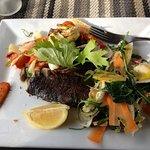 Dos de cabillaud , légumes croquants et salade de saison