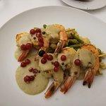 Gamberoni su vellutata di ceci ed asparagi.Con frutti di bosco.