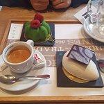 Café accompagnés de pâtisseries tiramisu et pistacchio.