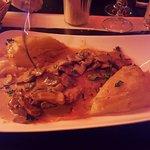 Viande grillée accompagnée d'une sauce aux champignons et gratin dauphinois très très bon,!