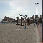 En esta zona de la playa de Poniente se halla el restaurante.