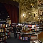 Vista de algunas de las estanterías de esta hermosa libreria