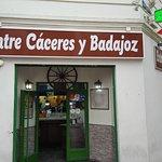 En la calle hay muchos bares típicos madrileños como este