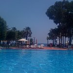 Bleu lagon, la piscine de l'hôtel ....
