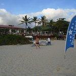 Uma boa área da praia é balizada pelo Beach Hotel