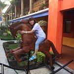 Na dziedzińcu hotelu można było dosiąść konia 2
