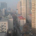 Вид из окна во двор отеля на знаменитый пекинский смог