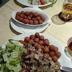 anatra con fegato, cipolle, crauti, crocchette e verdure; fettina di maiale fatta ad involtino c