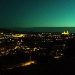 Vista de Segovia al anochecer. Iluminados destacan el Acueducto y la Catedral.