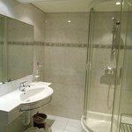 Sauber, neu gefließt, große Dusche
