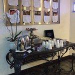 Mesa de chá com biscoitos e frutas
