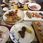 Pranzo variegato a base di carne, sushi e antipasti di mare.