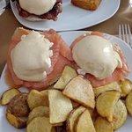 Huevos benedictine con salmón y patatas caseras; y con bacon y patatas con cebolla